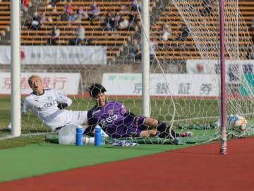 サンガ-鹿児島 前半23分、こぼれ球を押し込み先制ゴールを決めたサンガの宮吉(右)=西京極