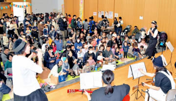 体を動かしながらコンサートを楽しむ大勢の家族連れ=3月2日、福井県福井市の福井新聞社・風の森ホール