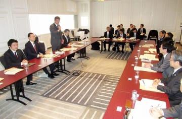 自民党の北陸新幹線整備プロジェクトチームの会合であいさつする高木毅座長(左から3人目)=3月2日、大阪府大阪市北区のヒルトン大阪