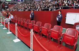 一席30万円の特別席「VIPシート」=2日午後、神戸市兵庫区、ノエビアスタジアム神戸(撮影・吉田敦史)