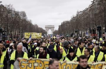 2日、パリ中心部でデモに参加する市民(AP=共同)