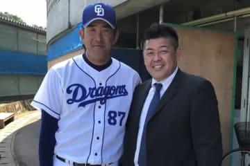 中日2軍キャンプを取材した中村紀洋氏(右)と門倉コーチ【写真提供:インプレッション】