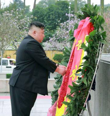 2日、ハノイで戦没者の慰霊碑に献花する北朝鮮の金正恩朝鮮労働党委員長(朝鮮中央通信=共同)