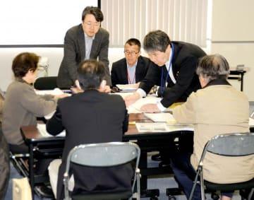 核のごみの最終処分に関して市民とNUMO担当者らが意見を交わした「対話型全国説明会」=2日午後、新居浜市坂井町2丁目