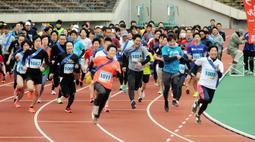 号砲とともに一斉にスタートする参加者たち=神戸市須磨区緑台、ユニバー記念競技場