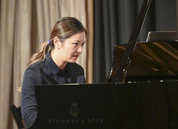 2日、米ニューヨークで一柳慧氏のピアノ曲を演奏するビッキー・チョーさん(共同)