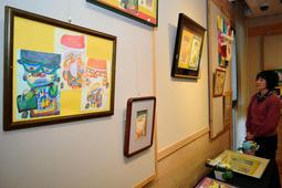 檀上さんの絵画など約80点を集めた作品展=有馬富士共生センター