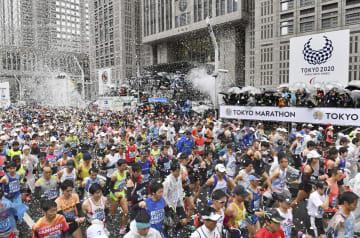 東京マラソンで都庁前を一斉にスタートするランナー=3日午前、東京都新宿区(代表撮影)