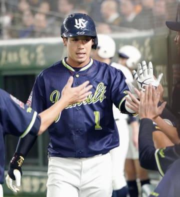 3回、本塁打を放ちナインに迎えられるヤクルト・山田=東京ドーム