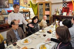 常連客らに料理を説明する宮澤シェフ(左奥)=リストランテ トレディチ