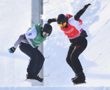 スノーボードクロス男子で銅メダルを獲得した高原宜希(右)=クラスノヤルスク(共同)