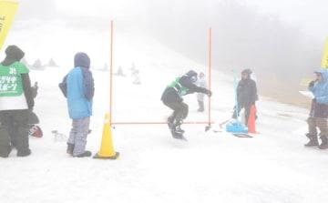 霧が立ち込める悪条件ながら、五ケ瀬ハイランドスキー場での今季最後の滑りを楽しむ来場者たち=3日午後、五ケ瀬町鞍岡