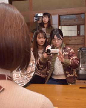 CMを撮影する茨城大の学生ら=行方市手賀