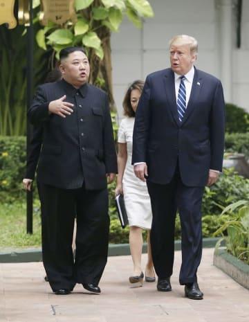 会談場のホテルの中庭を歩くトランプ米大統領(右)と北朝鮮の金正恩朝鮮労働党委員長=2月28日、ハノイ(ロイター=共同)
