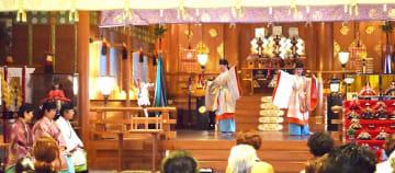 女性神職による舞などが披露された「ひな祭り神事」=3月3日、福井県福井市の佐佳枝廼社