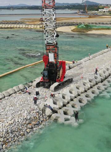 2月25日、沖縄県名護市の辺野古沿岸部で続く護岸工事