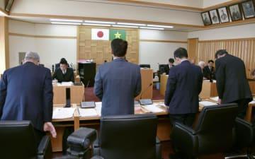 議員の兼業制限を明確化する条例を可決した高知県大川村議会=4日午前