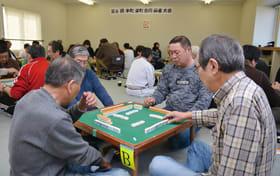 参加者が卓を囲んで楽しく交流した麻雀大会