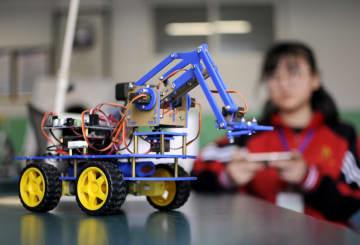 青少年ロボットコンテストで腕比べ 中国河北省