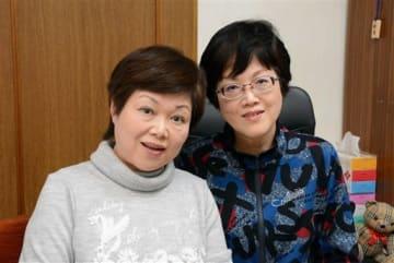 「読者の皆さんが楽しんでもらえるものを描きたい」と話す姉の室山眞弓さん(左)と妹の眞里子さん=玉東町