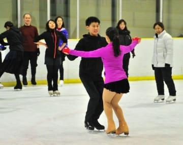 有川梨絵コーチ(左から3人目)が毎年主宰するアイスダンスの合宿。岡山県外や日本代表クラスの選手も参加する=昨年12月29日、岡山国際スケートリンク