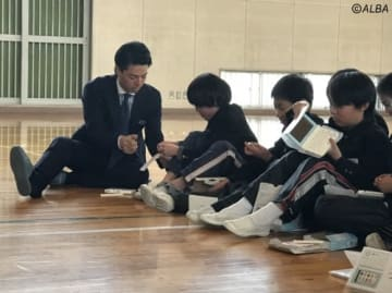 電子辞書の寄贈式で子どもたちと交流した石川遼(撮影:ALBA)
