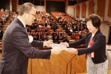 小林市長(左)から賞状を受け取る鷲見さん