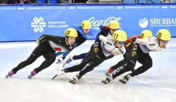 ショートトラック男子1500メートルで銅メダルを獲得した重弘喜一(左端)=クラスノヤルスク(共同)