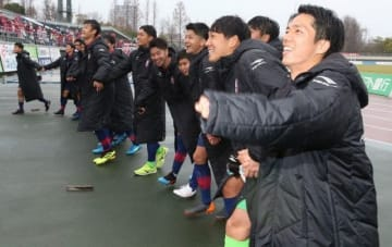 今季初勝利を挙げ、サポーターと喜びを分かち合うファジアーノ岡山イレブン=シティライトスタジアム