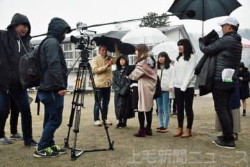 冷たい雨の中でラストシーンなどを撮影したロケ=3日、安中市の旧坂本小