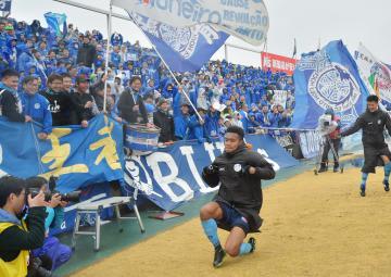 試合終了後、サポーターの前で勝利の舞を踊る水戸のンドカ(手前)=ケーズデンキスタジアム水戸