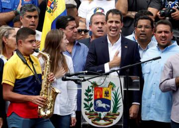 4日、カラカスで開かれた集会で、支持者を前に国歌を歌うグアイド国会議長(ロイター=共同)