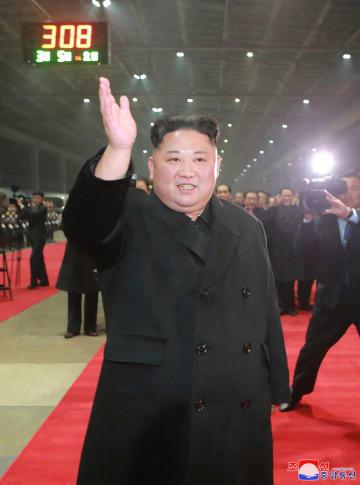 5日、平壌駅に到着した北朝鮮の金正恩朝鮮労働党委員長(朝鮮中央通信=共同)
