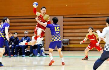 白熱した試合を展開したハンドボール男子の日本リーグ愛媛大会=3日、コミセン