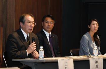 ミュンヘン五輪金メダリストの田口信教さん(左)らが県内のオリパラ教育について意見を述べたパネル討論=3日、松山市堀之内