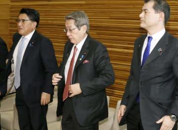 閣議に臨む石田総務相(中央)ら=5日午前、首相官邸
