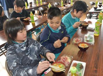 コイ料理を味わう児童たち=鉾田市江川