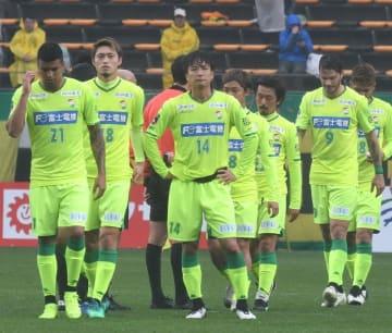 千葉-新潟 1-4で敗れ肩を落とす千葉の選手たち=3日、フクアリ