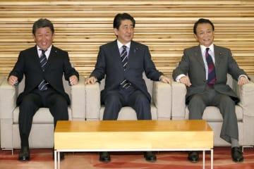 閣議に臨む(左から)茂木経済再生相、安倍首相、麻生財務相=5日午前、首相官邸