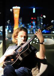 神戸でのライブで、ギターの美しい音色を響かせたドミニク・ミラー=神戸市中央区、神戸メリケンパークオリエンタルホテル