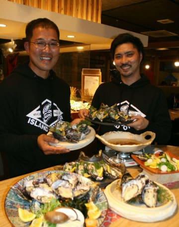 大入島産の養殖カキの新ブランド「アイランドオイスター」を立ち上げた宮本信一さん(左)と石井淳也さん