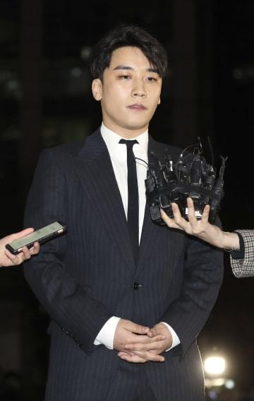 2月27日、ソウル市内の警察に出向いて報道陣の取材に応じる「BIGBANG」メンバーのV・Iさん(聯合=共同)