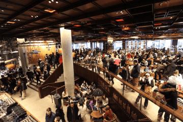 昨年12月にオープンした「スターバックス リザーブ ロースタリー」ニューヨーク店。3カ月近くたった今も大混雑している(C)Kasumi Abe