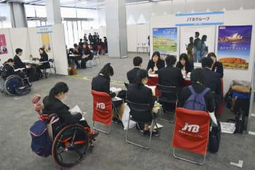 障害のある大学3年生向けに開かれた合同企業説明会=5日午後、東京都文京区