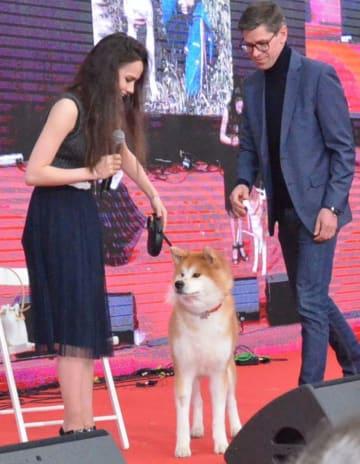 3日、「サクラフェスティバル」に登場したザギトワ選手(左)と愛犬のマサル=モスクワ(共同)