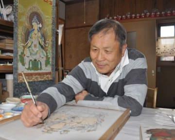 「仏画が病気で苦しむ人の癒やしになれば」と筆を執り続ける茂さん