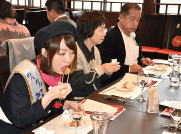 「猪肉の五目あげもち」など、延岡の創作ジビエ料理を味わう参加者ら