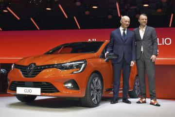 5日、スイス・ジュネーブの国際自動車ショーで新型車「クリオ」を発表するルノーのボロレCEO(左)ら(共同)