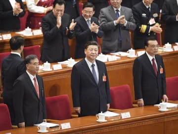中国全人代に臨む(手前左から)人民政治協商会議の汪洋主席、習近平国家主席、李克強首相=5日、北京の人民大会堂(共同)