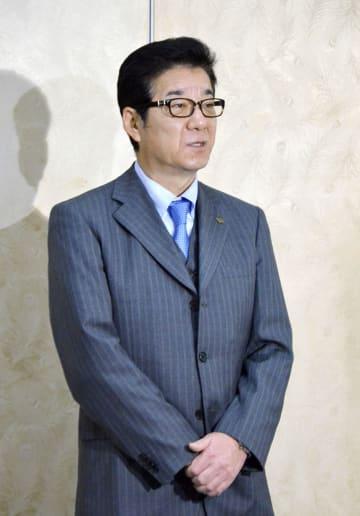 府庁で記者団の質問に答える松井一郎大阪府知事=5日
